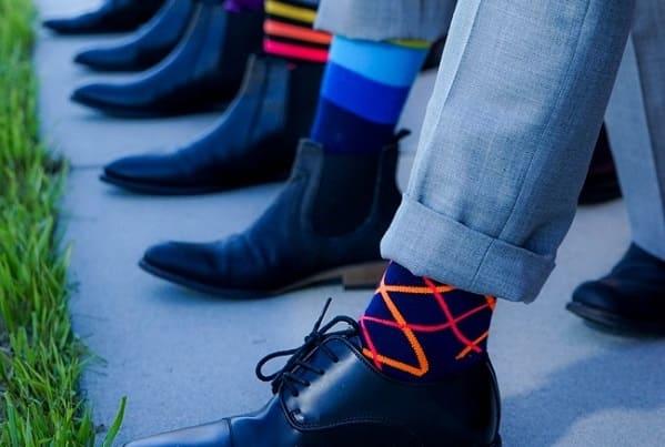 Mehrere Männer Beine mit bunten Socken