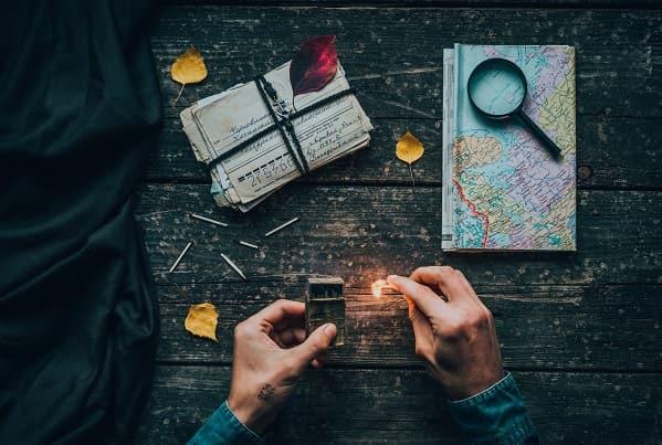 Rätsel, Lupe und Landkarte auf einem Tisch